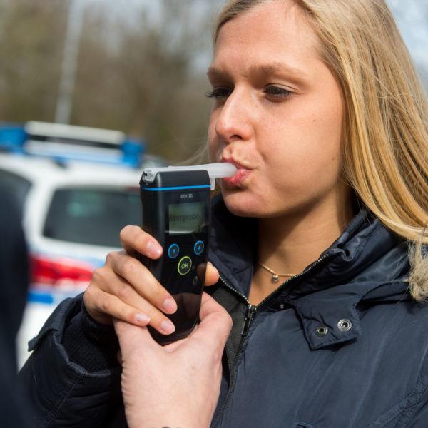 Eine junge Frau muss sich einer Alkoholkontrolle unterziehen